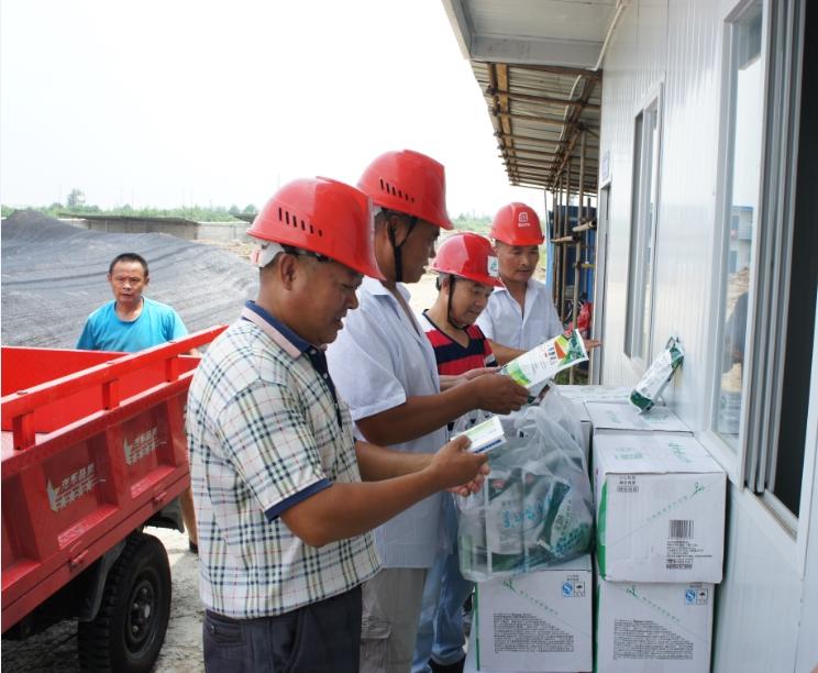 绵竹市住房和行政村建设局相关领导到我司承建的鑫荣机械厂项目慰问一线施工人员